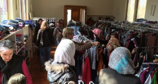 Andrang bei der Eröffnung der Kleider-Ausgabestelle für Flüchtlinge