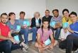 """Flüchtlinge und Ehrenamtliche von """"Weißenburg hilft"""" präsentieren den ABC-Leitfaden zur Unterstützung der Flüchtlinge in Weißenburg."""