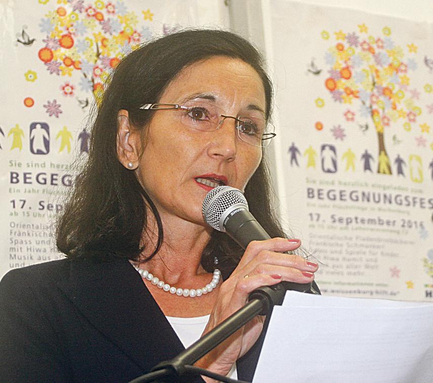 """""""Keine blauäugigen Gutmenschen"""": Dekanin Ingrid Gottwald-Weber lobte in ihrer Ansprache die Bürger, die eine helfende Hand ausgestreckt haben. (Bild: Leykamm)"""