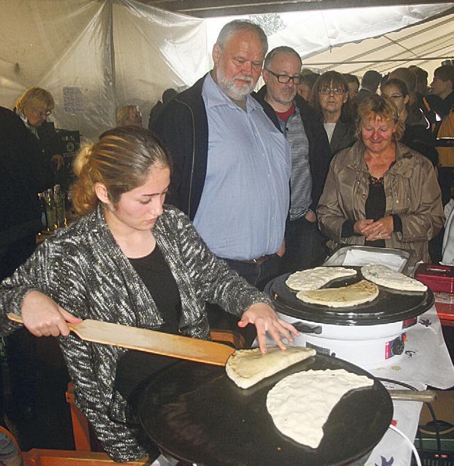 Essen verbindet: Natürlich durfte beim Begegnungsfest, zu dem insgesamt etwa 500 Menschen kamen, auch das leibliche Wohl nicht zu kurz kommen. (Bild: Leykamm)