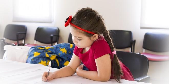 Gymnasiasten helfen Flüchtlingskinder bei den Hausaufgaben